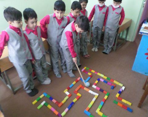 انجام بازی ماز در  کلاس خانم باغبان